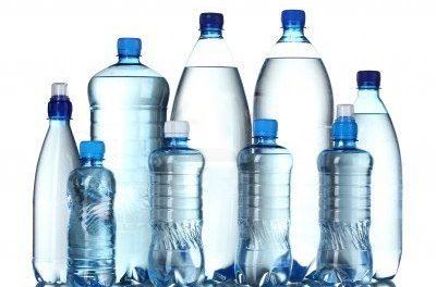 Mundo começa a eliminar água em garrafa plástica