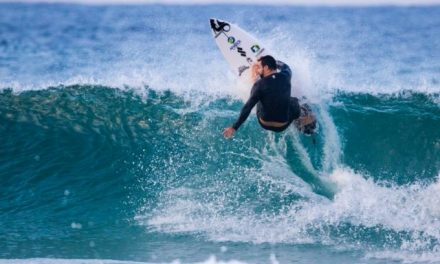 Prancha de surfe descartada vira rodapé e guarnição