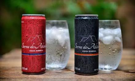 Água mineral em lata para reduzir uso do plástico
